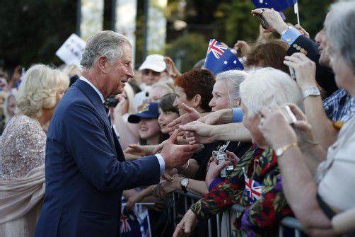 """Prinz Charles und seine Ehefrau Camilla wurden im """"Diana-Land"""" jubelnd begrüßt. Fotos: dapd; Rts; EPA"""