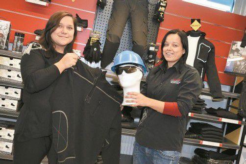 Ramona (links) und Nina Aichner setzen auf hochqualitative Arbeitskleidung im modischen Design. Fotos: stiplovsek