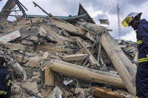 Rettungskräfte suchen unter Trümmern und Geröll nach Verschütteten. Bis zum Abend wurden 52 Verschüttete lebend geborgen. Foto: EPA