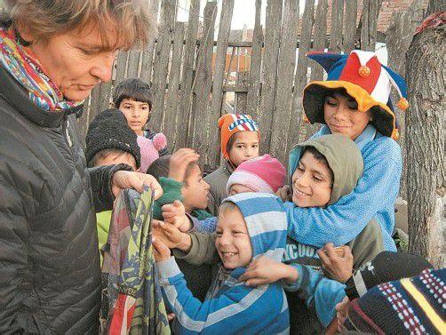 Ruth Zenkert, langjährige Mitarbeiterin von Georg Sporschill, erfreut Kinder in der Roma-Siedlung von Nou (Neudorf) mit Süßigkeiten. Foto: Huber