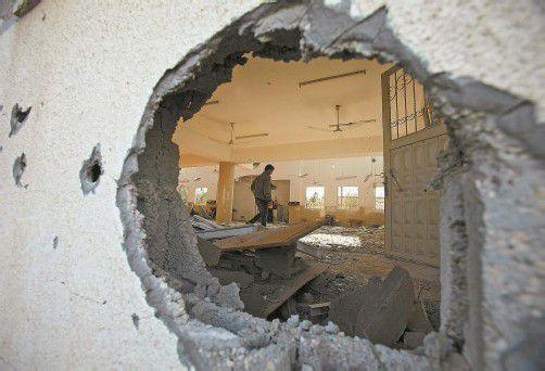 Schäden gibt es auf beiden Seiten: Ein Palästinenser inspiziert die Schäden an einer Moschee in Beit Hanoun im nördlichen Gazastreifen. Foto: REUTERS
