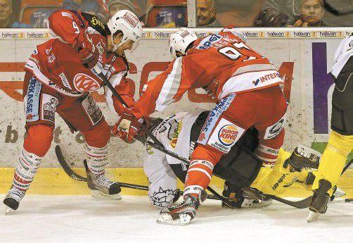 Schwerer Job für Dornbirn-Verteidiger Olivier Magnan – beim letzten Auftritt in Klagenfurt wurde er von den NHL-Stars Tyler Myers (l.) und Sam Gagner (r.) in die Zange genommen. Foto: GEPA/Wolfgang Jannach