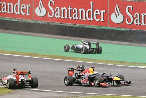 Sebastian Vettel als Geisterfahrer – Williams-Pilot Bruno Senna hatten den Red-Bull-Piloten in die verkehrte Fahrtrichtung gedreht. Foto: gepa