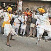 Sikh würdigen Guru mit indischer Schwertkunst