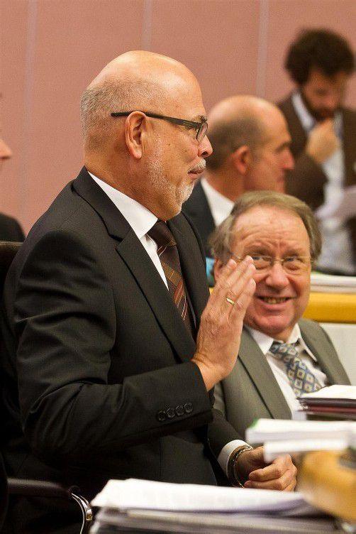Spaß im Landtag: Peter Ritter übte schon vor seiner Angelobung die richtige Handhaltung – ganz zum Gaudium von VP-Kollege Elmar Schallert.