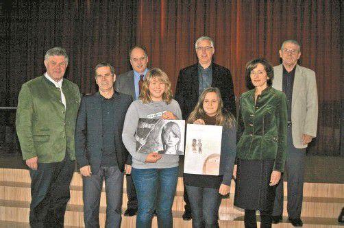 Stolz präsentierten die Künstlerinnen Stefanie und Maria ihre Siegerbilder. Foto: VN/Schwald