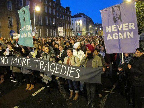 Tausende Menschen gingen auf die Straße, allein in Dublin beteiligten sich bis zu 12.000 Menschen an einem Protestmarsch. Foto: ap