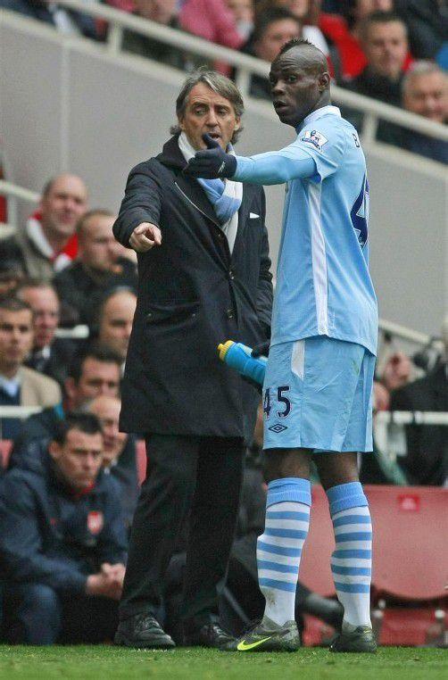 Trainer Roberto Mancini (l.) hat seinem Star Mario Balotelli die Flügel gestutzt. Foto: ap