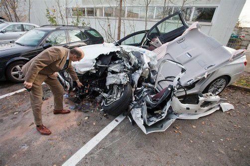 Unfall mit Hybrid-Auto im Pfändertunnel: Auf die orangen Hochspannungskabel musste bei der Bergung achtgegeben werden. foto: vn/hartinger