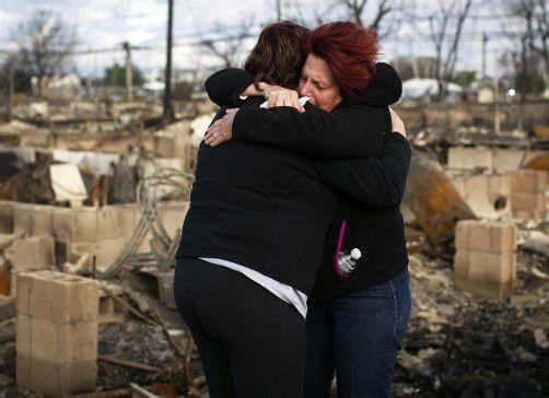 Verzweiflung bei diesen beiden Frauen: Ihre Häuser liegen in Trümmer. Foto: Reuters