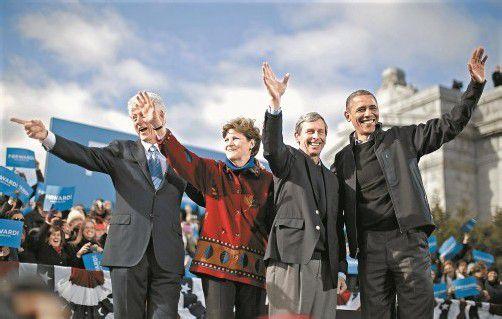 Wahlkampffinale: Barack Obama (r.) mit seinem Amts-Vorvorgänger Bill Clinton (l.) und seinen Parteifreunden Jeanne Shaheen und John Lynch in Concord, New Hampshire. Foto: reuters