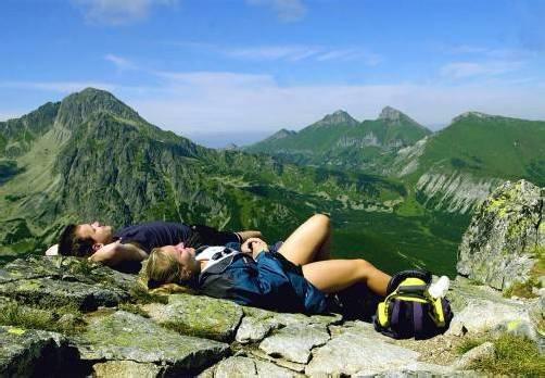 Wanderer entspannen nach dem Aufstieg am Gipfel des Velka Svistovka.