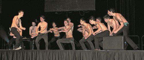 Wenn sie bei der mündlichen Matura auch so auftreten, dürfte nichts schiefgehen: Maturanten vom Gallus begeisterten als wilde Maori-Krieger.