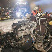 Unfall im Pfändertunnel Auto kollidierte mit Lastwagen /B1