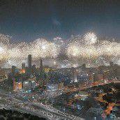 Mit dem teuersten und größten Feuerwerk aller Zeiten hat Kuwait den 50. Jahrestag seiner Verfassung gefeiert