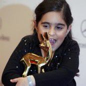 Mercan-Fatima hält ihr Bambi fest