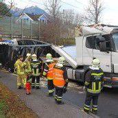 Lastwagen blieb an Bahnunterführung in Nenzing hängen