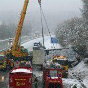 Lastwagen kippte auf der Autobahn um