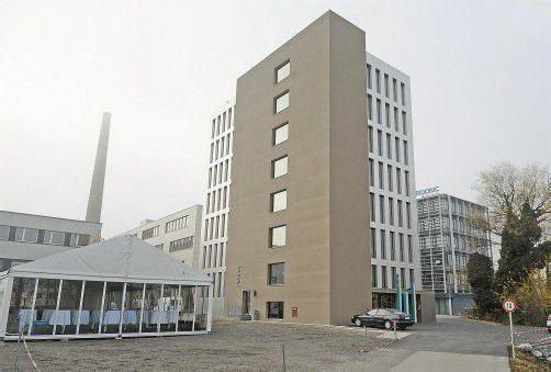 Die tragenden Elemente des Holz-Hybrid-Hochhauses sind nicht beplankt. Der Sockel ist aus Stahlbeton und hat eine Fläche von 13 x 24 Metern.