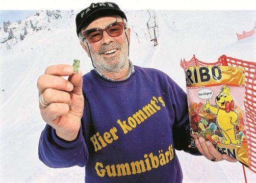"""""""Hier kommt euer Gummibärli"""": Michael Hofer betreut seit 15 Jahren den Zürser Babylift und versüßt vor allem kleinen Skifahrern die ersten Stunden auf den Skiern. Foto: VN/Hofmeister"""