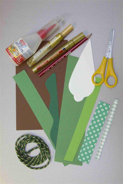 Man braucht lediglich bunte Fotokartons (gibt's im Papierhandel), eine Schere, Klebstoff, Stifte und einen Faden.