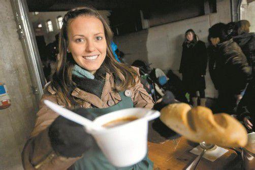 365 Tage im Jahr für das Ehrenamt im Einsatz: Simone aus Bregenz hilft bei der Suppenspeisung. Foto: VN