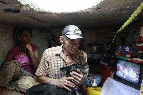 """Auch Hund """"Blackie"""" wohnt in der kleinen Behausung. Foto: REUTERS"""