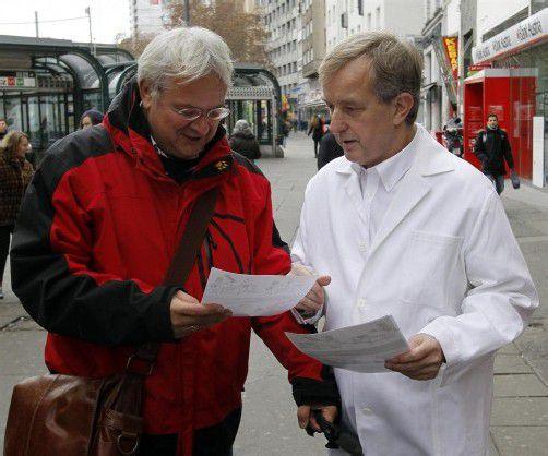 Auch Johannes Steinhart (r.), Vizepräsident der Wiener Ärztekammer, verteilte bei der Protestaktion Flugblätter. Foto: DAPD