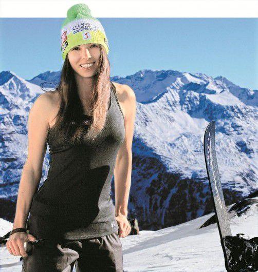 Bei Sonnenschein nur leicht bekleidet auf winterlichen Pisten: Maria Ramberger als Pin-up-Girl.