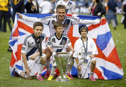 David Beckham feiert mit seinen Söhnen Brooklyn, Romeo and Cruz (von links) den Meistertitel. Foto: ap