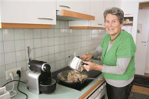 Den Riebel brät Rosmarie Zanol in der gußeisernen Pfanne. Sie lebt mit ihrem Mann ein zufriedenes, bescheidenes Leben. Foto: VN/Matt