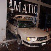 20-Jähriger krachte mit Audi in Mercedes-Geschäft