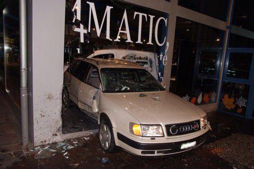 """Der 20-Jährige """"parkte"""" den Audi im Mercedes-Geschäft. Foto: kapo"""