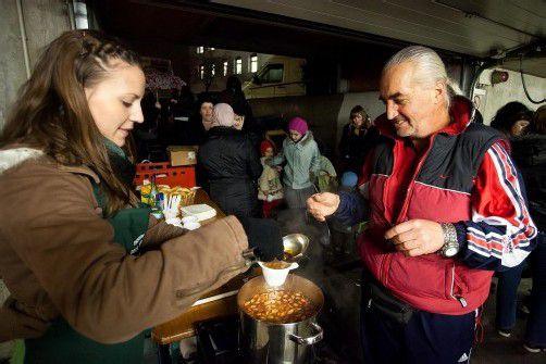 """Die Bregenzerin Simone schenkt bei """"Tischlein deck dich"""" Suppe aus. Foto: VN/Steurer"""