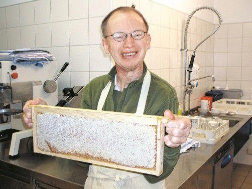 Die Honigernte bereitet den behinderten Menschen großen Spaß. Foto: Lebenshilfe
