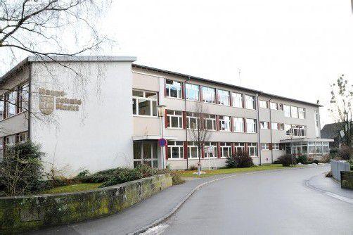 Die Mittelschule Hard im Zentrum der Gemeinde: Soll sie saniert oder zusammen mit der Volksschule gleich verlegt werden? Foto: ajk