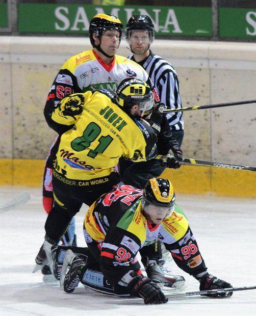 Die VEU-Stürmer Domingo Usubelli und Marco Ferrari nehmen EHC-Angreifer Andreas Judex in die Zange. Foto: stiplovsek