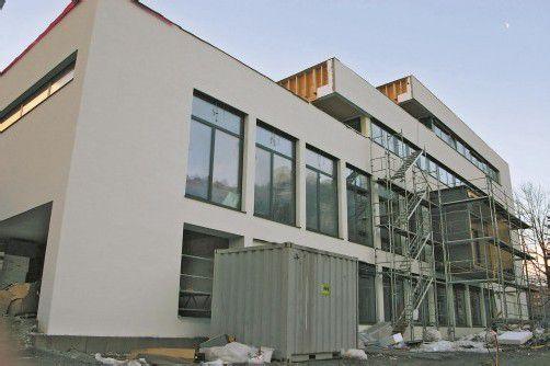 Die ansehnliche Außenfassade des neuen Pfarrheims Hl. Kreuz in Bludenz macht den zügigen Baufortschritt augenscheinlich. Foto: nas