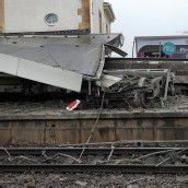 Stuttgart: Güterwaggons krachen in Bahnsteig