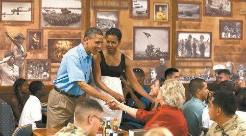 Einsatz im Urlaub: Barack und Michelle Obama bei Armeeangehörigen auf Hawaii. Foto: Reuters