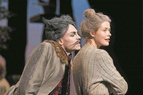 """Emanuel Fellmer und Laura Louise Garde in """"Die verzauberten Brüder"""": Der tierische Spaß auf der Bühne übertrug sich ungebremst auf das Publikum. Foto: VN/Paulitsch"""
