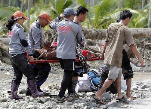 Glück im Unglück: Retter bergen eine schwangere Frau und ihr Kind aus den Trümmern. Foto: REUTERS