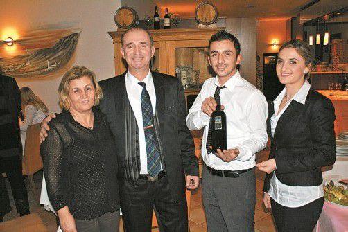 """Hatten Grund zum Feiern: Fikirie und """"Paolo"""" Bllaca (l.) mit Antonio und Daisy Bllaca. FOTOS: s. Halder"""
