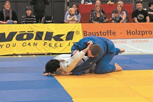 Landesverbandstrainer Patrick Rusch (r.) konnte seine beiden Kämpfe siegreich beenden. Foto: schwämmle