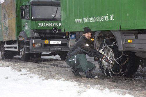 Lkw-Fahrer mussten auf der S 16 Ketten montieren. foto: d. mathis