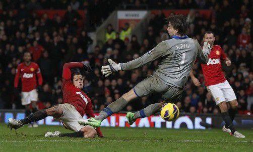Manchester Uniteds Javier Hernandez erzielt in dieser Aktion den Treffer zum 4:3 in letzter Spielminute über Newcastle United. Foto: reuters