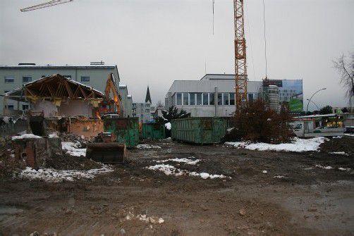 Mit dem Abriss des Seniorenheims ist der Weg frei für die Tiefgarage unter der Neuverbauung. FOTO: STP