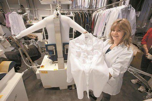 Nachvollziehbarer Preisunterschied: Die verspielte Damenbluse muss von Hand gebügelt werden, das Hemd hinten kommt auf die Bügelpuppe. Foto: VN/Hartinger
