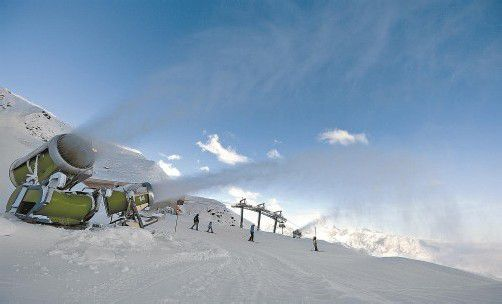 Neben laufenden Schneekanonen genossen die ersten Skifahrer in der Silvretta Montafon am Wochenende die präparierten Pisten. Offizieller Saisonstart ist kommendes Wochenende. Foto: VN/Stiplovsek