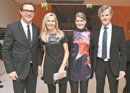 Prisma-Vorstand Bernhard Ölz (l.) und Andrea Peter mit Ursula und Gerald Fleisch (KHBG).